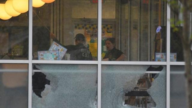 Hiện trường vụ xả súng (Ảnh: Reuters)