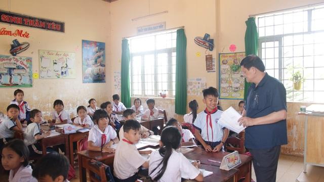 Giám đốc Sở GD-ĐT Đắk Nông trao đổi với học sinh. (Ảnh: Sở GD-ĐT Đắk Nông)