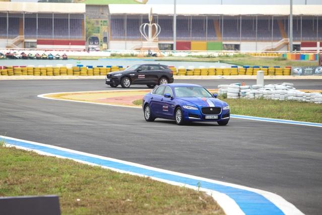 Khách hàng được trải nghiệm bài chạy trên hai dòng xe khác nhau để so sánh và cảm nhận hiệu suất Jaguar của từng mẫu xe