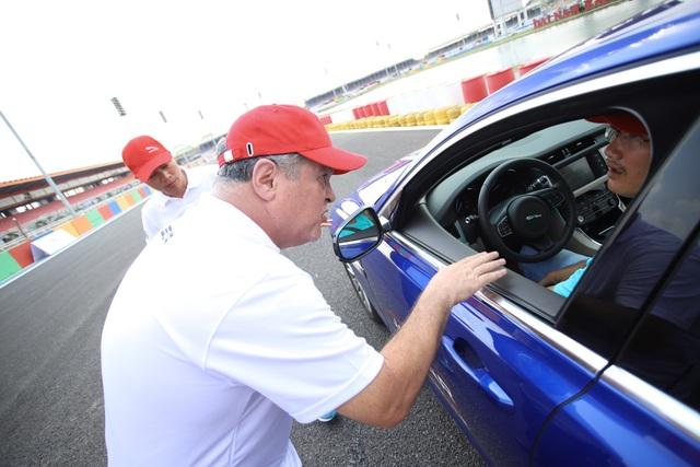 Các huấn luyện viên chuyên nghiệp của Jaguar toàn cầu hướng dẫn chi tiết kỹ năng lái và an toàn cho khách hàng