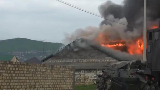 Xe bọc thép được triển khai trong chiến dịch chống khủng bố của lực lượng an ninh Nga tại Dagestan. (Ảnh: RT)