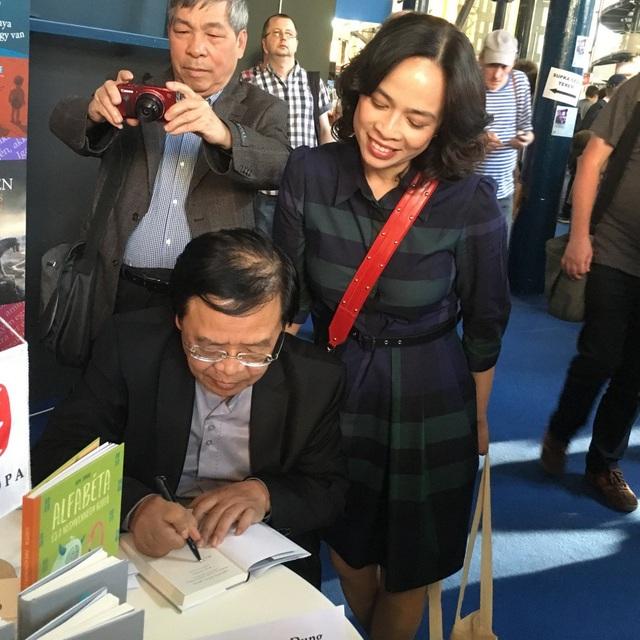 Nhà thơ Trương Đăng Dung ký tặng các độc giả.