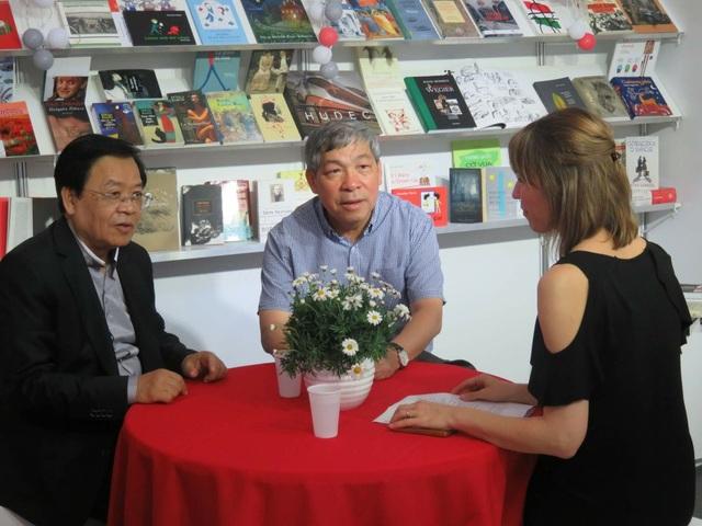 Tử trái sang phải: nhà thơ Trương Đăng Dung, dịch giả Giáp Văn Chung trả lời phỏng vấn trước buổi giao lưu.