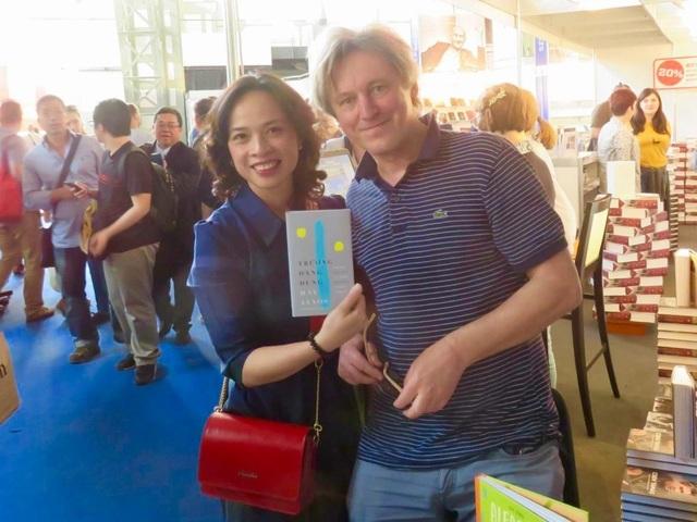Tác giả bài viết cùng với nhà thơ Háy János và quyển thơ song ngữ Việt Hung.