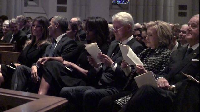Đệ nhất phu nhân Mỹ Melania Trump (ngoài cùng bên trái) mỉm cười khi trò chuyện với cựu Tổng thống Barack Obama. (Ảnh: Twitter)