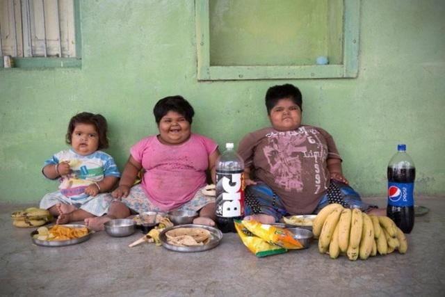 Người cha thường dùng tất cả tiền bạc để thỏa mãn sở thích ăn uống của các con
