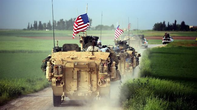 Các lực lượng Mỹ với sự hộ tống của các tay súng YPG đưa xe bọc thép tới làng Darbasiya tại Syria hồi tháng 4/2017 (Ảnh: AFP)