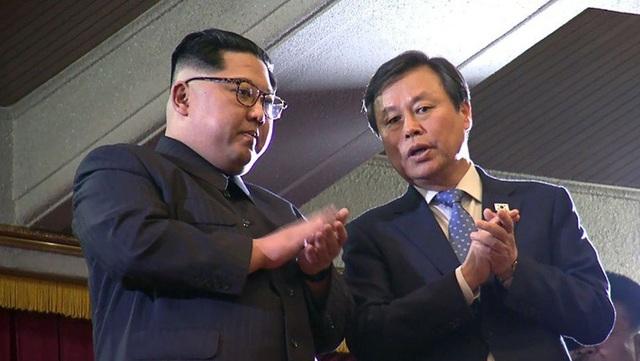 Nhà lãnh đạo Triều Tiên Kim Jong-un (trái) vỗ tay trong buổi biểu diễn của các nghệ sỹ K-pop ở Bình Nhưỡng ngày 1/4. (Ảnh: Getty)
