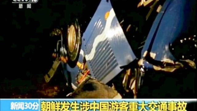 Xe màu xanh gặp nạn tại Triều Tiên khiến hơn 30 người Trung Quốc thiệt mạng (Ảnh: CCTV)
