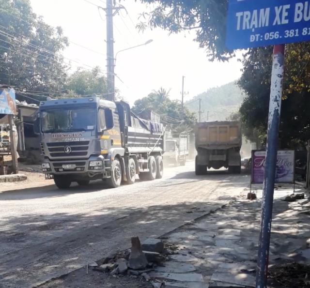 Xe tải, xe ben đua nhau ra vào tuyến đường này khiến đường cũng bị hư hỏng nặng.