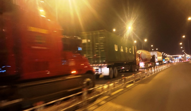 Tình trạng tắc nghẽn giao thông nhanh chóng lan sang đường cao tốc HLD theo hướng từ TPHCM về Long Thành kéo dài hàng km (từ nút giao Đỗ Xuân Hợp đến nút giao Vành đai.