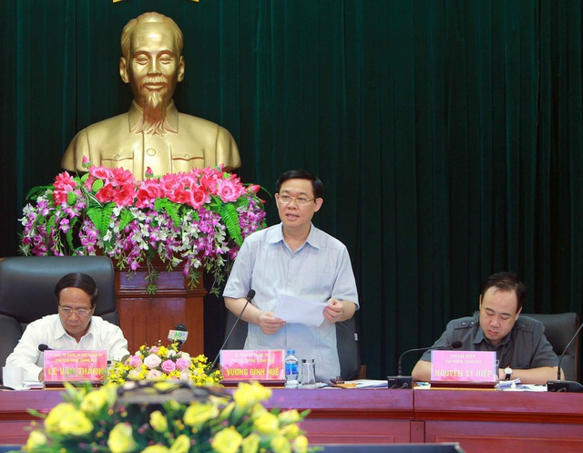 Phó Thủ tướng Vương Đình Huệ (giữa) làm việc với TP.Hải Phòng sáng nay (24/4).