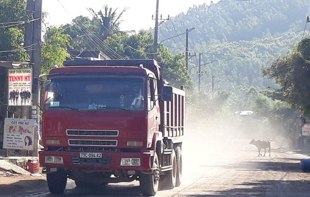 Xe tải chở đất, cát, đá qua tuyến đường trục qua tổ 9A, khu vực 7, phường Bùi Thị Xuân gây bụi mù mịt ảnh hưởng tới đời sống sinh hoạt những hộ dân nơi đây nhất là các hộ mặt đường.