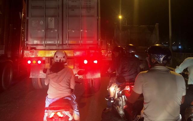Giao thông ở các hướng đường đổ về vòng xoay Phú Hữu (giáp giữa quận 2 và quận 9, TPHCM) kẹt cứng vào tối 24/4.