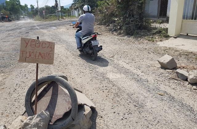 Tuyến tỉnh lộ 3 (xã Phước Đồng, TP Nha Trang) mù mịt khói bụi vì hàng trăm lượt xe ben, xe tải chạy mỗi ngày