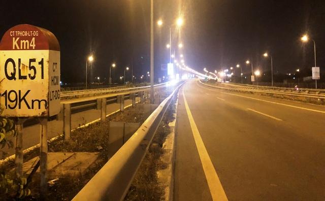 Cao tốc HLD đoạn từ nút giao Vành đai hướng về QL51 vắng lặng vào tối 24/4 vì đường bị chặn ngang, không xe nào lọt qua nổi đoạn tắc.