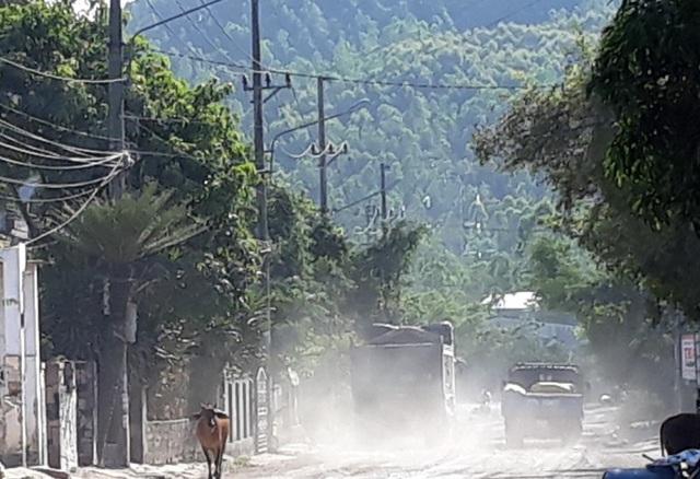 Việc kinh doanh, buôn bán của hộ dân ở mặt đường cũng bị ảnh hưởng nghiêm trọng.