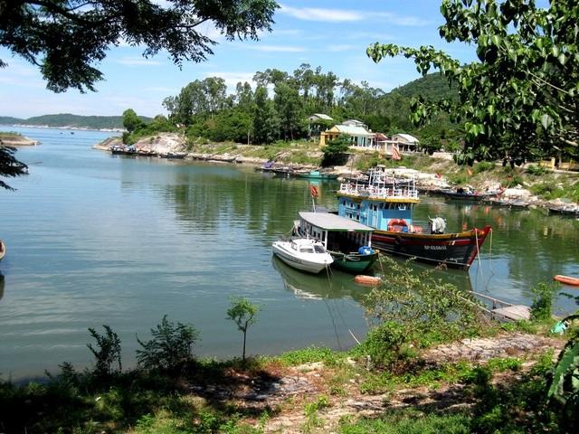 Âu thuyền ở Cù Lao Chàm, nơi các ghe đưa du khách tham quan đảo
