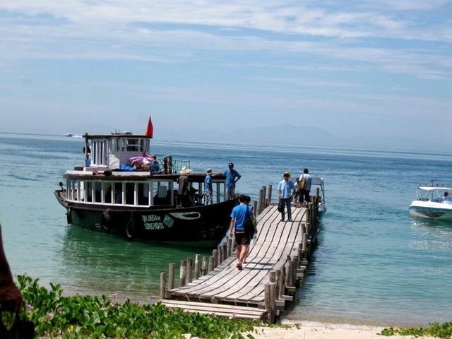 Tàu đón du khách khám phá quanh đảo