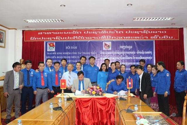 Ông Chu Đức Thái - Phó Bí thư Tỉnh đoàn Nghệ An và ông Lon Khăm Sú Khá Vông - Phó Bí thư Tỉnh đoàn Hủa Phăn ký chương trình phối hợp giai đoạn 2018 - 2021.