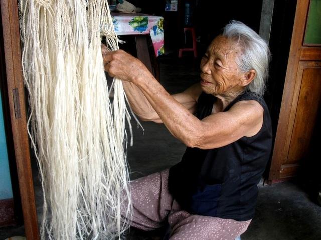Những người đan võng bằng cây ngô đồng ở Cù Lao Chàm