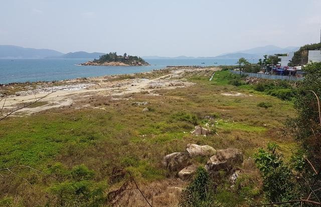 Sau hơn 3 năm, dự án Nha Trang Sao (TP Nha Trang) vẫn là một bãi đất trống, cỏ mọc um tùm và có nguy cơ bị ô nhiễm