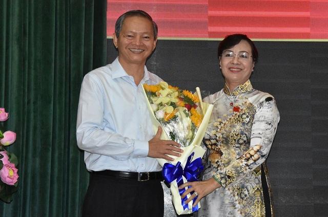 Chủ tịch HĐND TPHCM tặng hoa và chúc sức khỏe ông Lê Văn Khoa
