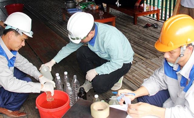 Cán bộ chuyên môn của Sở TN-MT tỉnh Hà Tĩnh và Viện Công nghệ & Môi trường (Bộ TN-MT) lấy mẫu nước để đem đi phân tích, xác định nguyên nhân.