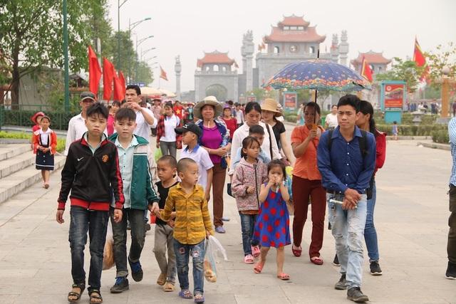 Lượng người đổ về Khu Di tích Đền Hùng mỗi lúc một đông.