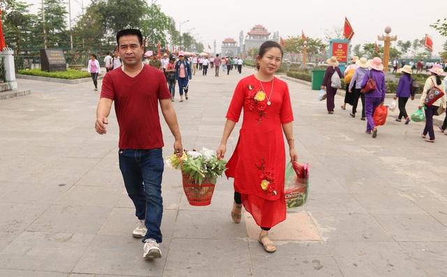 Người dân mang hương hoa, lễ vật lên các đền trong Khu Di tích lịch sử Đền Hùng.