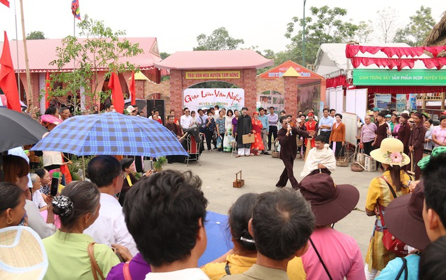 Tại khu vực sân Trung tâm của Khu Di tích lịch sử Đền Hùng Ban Tổ chức bố trí các trại văn hóa để biểu diễn các tiết mục văn nghệ phục vụ du khách thập phương.