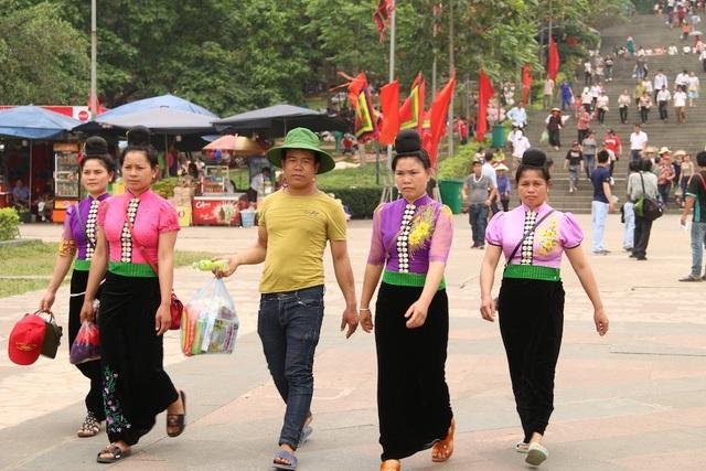 Hàng triệu lượt người đổ về Đền Hùng trước ngày chính giỗ - 2