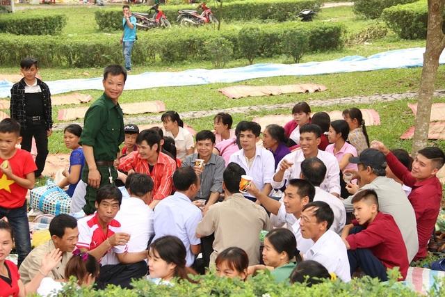 Người dân nghỉ ngơi tại khu vực chân núi Nghĩa Lĩnh.
