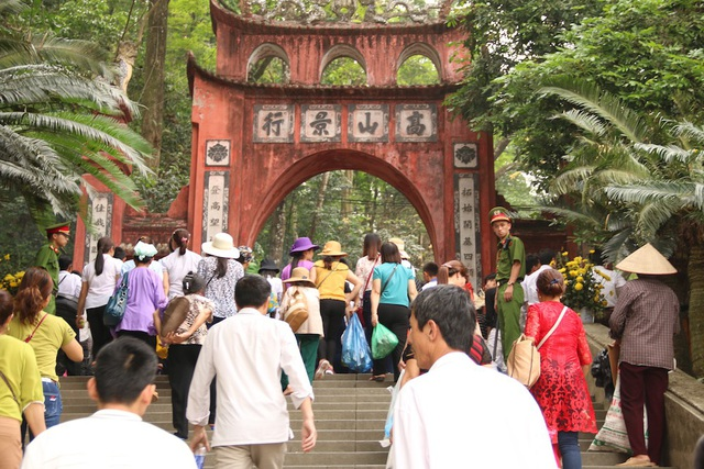 Khu vực cổng lên các đền có nhiều thời điểm rất đông người.