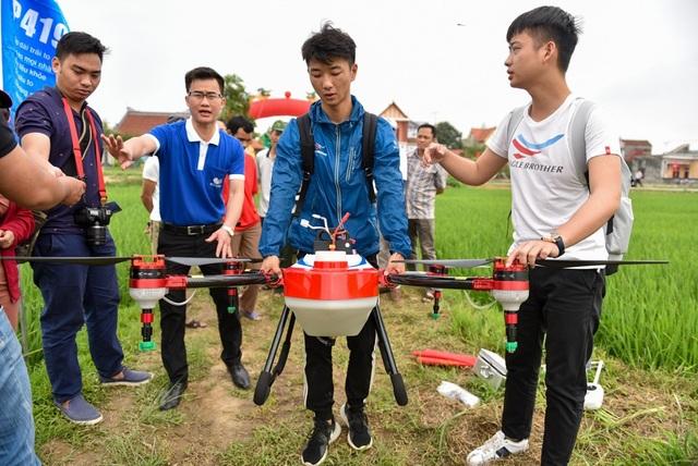 Chiếc drone loại 4 cánh quạt có thể phun thuốc trừ sâu trên diện tích 1 ha trong 10 phút.