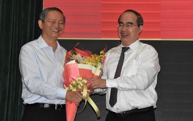 Tại kỳ họp, Bí thư Thành ủy TPHCM Nguyễn Thiện Nhân đã tặng hoa và chúc sức khỏe ông Lê Văn Khoa.