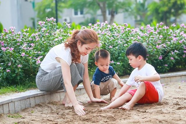 Dù bận rộn thế nào thì vợ chồng Đan Lê vẫn cố gắng dành những khoảng thời gian để vui chơi cùng con.