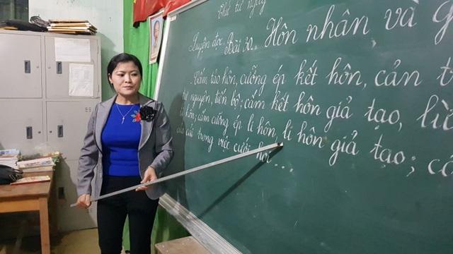 Cô giáo Tăng Tố Hương hướng dẫn cả lớp đánh vần bài học