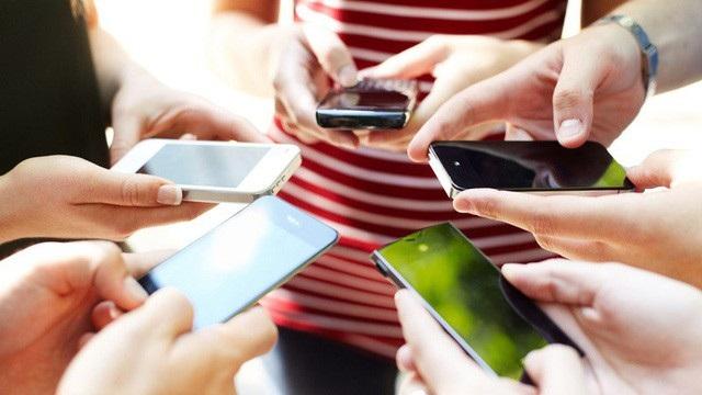 Việc sử dụng các thiết bị như điện thoại, máy tính có thể dẫn đến thay đổi hoóc môn, gây trầm cảm hay tâm thần. (ảnh minh họa)