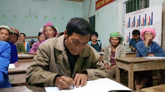 Ông Vàng Nhìa Tráng, 57 tuổi đang nắn nót viết từng chữ một