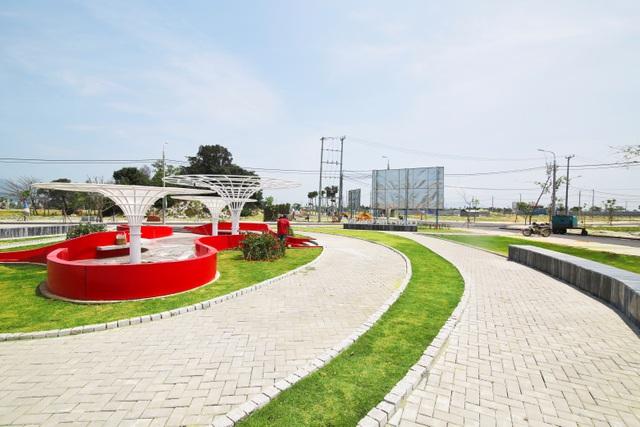 Công viên dự án Lakeside Palace được hoàn thiện với lối đi bộ được ốp đá, nền khu sân chơi sơn Epoxy tiêu chuẩn, điểm nhấn công viên được lót gỗ ngoài trời và hệ mái vòm khung sắt sơn tĩnh điện màu. Thảm cỏ được phân bổ hài hòa giữa các lối đi bộ tôn lên nét sinh động của tổng thể công viên, đồng thời tạo nên gu thẩm mỹ riêng biệt cho dự án.