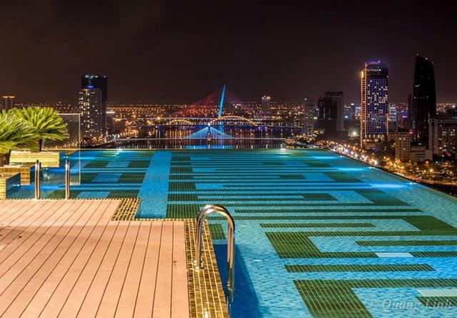 View toàn cảnh sông Hàn tại hồ bơi dát vàng tầng 29 (Ảnh Linh Quang Trương)