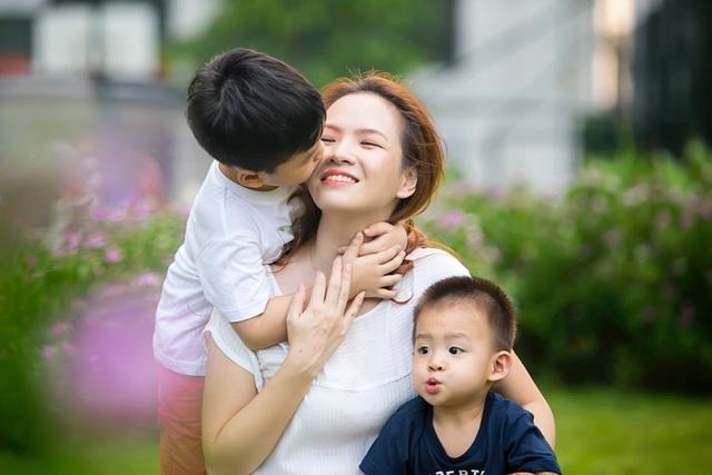 Cả Đan Lê và ông xã đều mong cho hai bé có thể phát triển toàn diện và hình thành nhân cách vững vàng, biết sẻ chia và yêu thương với người khác khi trưởng thành.