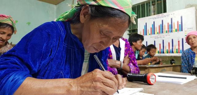 Bà Hàu Thị Cắng khó khăn lắm mới viết được tên và đánh vần tên mình theo tiếng phổ thổng.