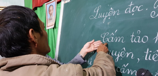 Cô giáo luôn kiên trì chỉ tận tay cho từng học sinh đánh vần