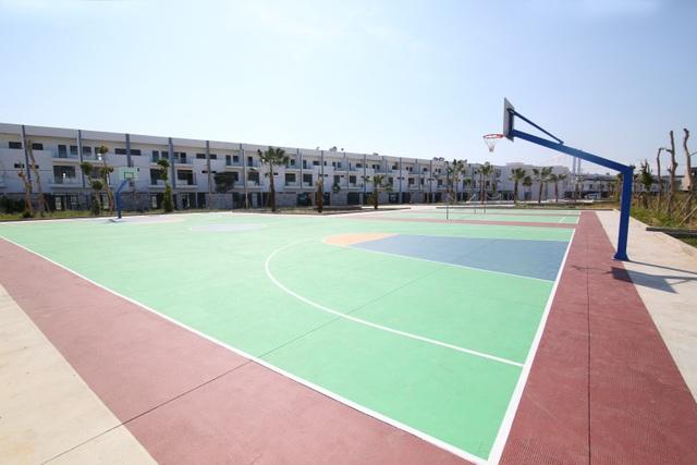 Sân thể thao hạng A+ với thiết kế riêng biệt cho các môn: bóng rổ, bóng chuyền, cầu lông…nằm sau lưng tòa nhà dự án Marina Complex tạo nên một bức tranh tổng thể tuyệt đẹp ngay chân cầu Thuận Phước. Với tiện ích này, cư dân có thể tận hưởng một không gian sống thoải mái, khỏe khoắn và tràn đầy năng lượng.