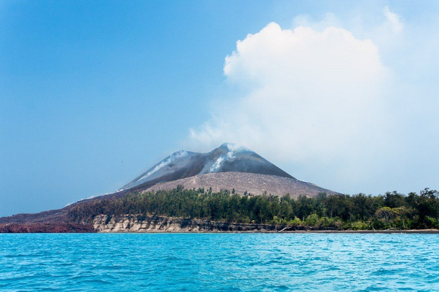 Vụ nổ do núi lửa phun trào từ đảo Krakatoa, Indonesia.