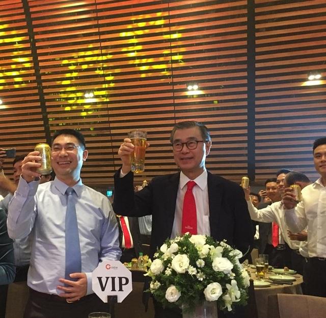 Ông Koh Poh Tiong (áo đen, giữa), tân Chủ tịch HĐQT Sabeco.