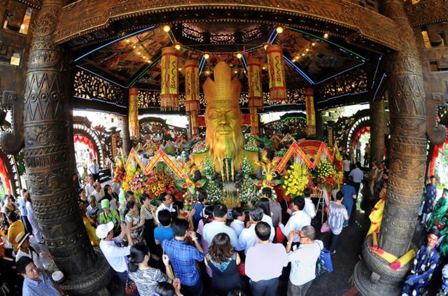 Du khách dâng hương tại Đền Thờ Quốc Tổ Hùng Vương