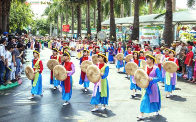Đoàn diễu hành 54 dân tộc ngập tràn màu sắc